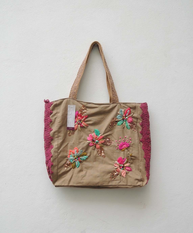 CARTERA CON FLORES BORDADAS en internet