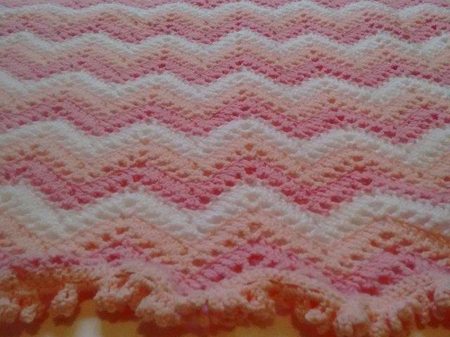 manta tejida en crochet zig zag rosa y blanco 2