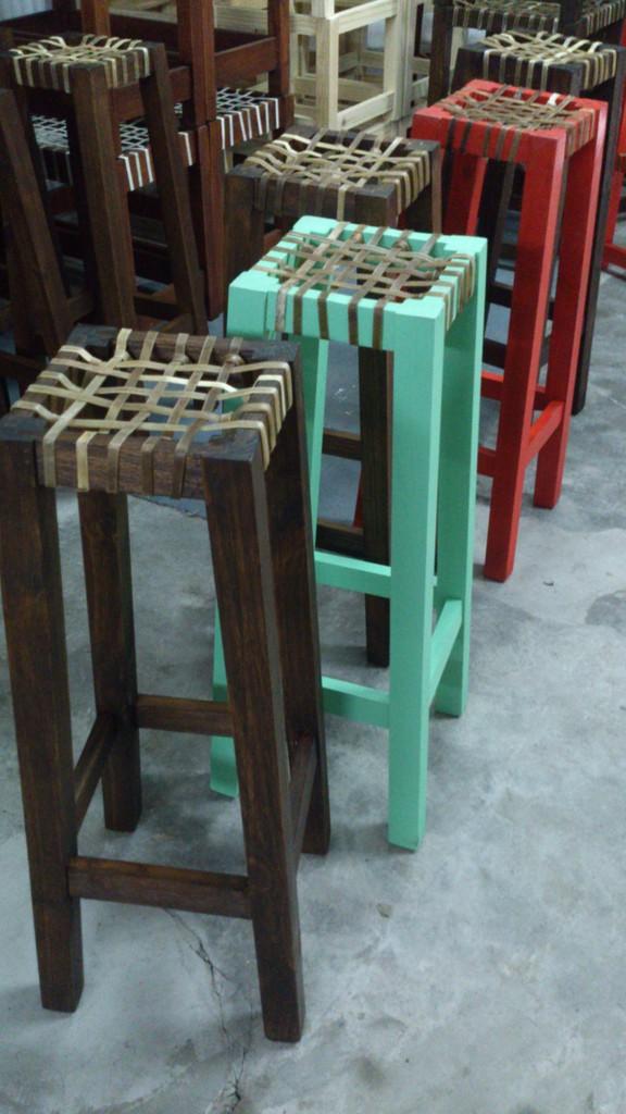 Banquetas de madera y tiento trenzado santomercado for Banquetas de madera