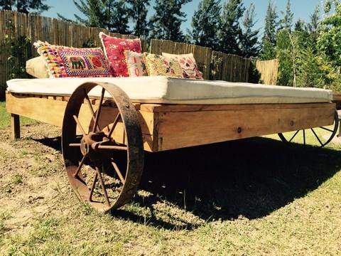 Reposeras de madera con ruedas de hierro antiguo for Camastros de hierro para jardin