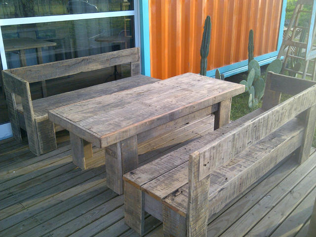 Living para exterior de bancos y mesa de quebracho reciclado for Mesa comedor exterior