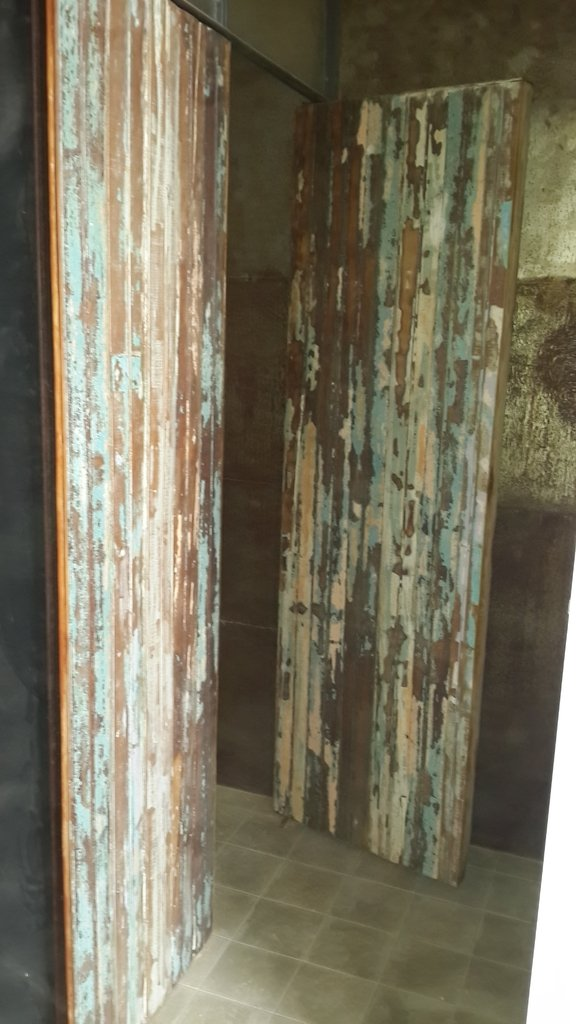 Revestimiento para pared en madera y chapa for Revestimiento de paredes para duchas
