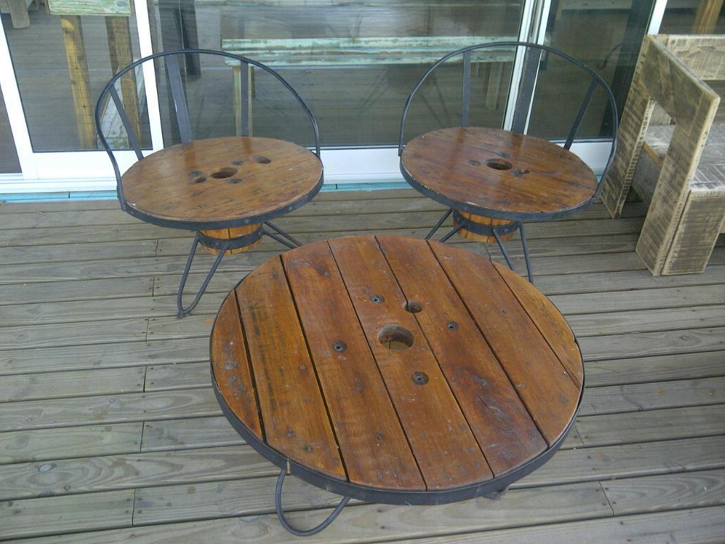 Juego de 2 sillas y mesa madera y hierro for Mesa hierro y madera