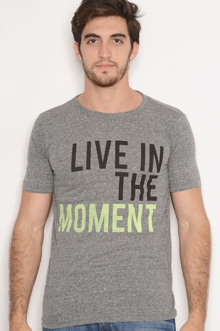 Remera Viscosa Estampa Live The Moment Gris