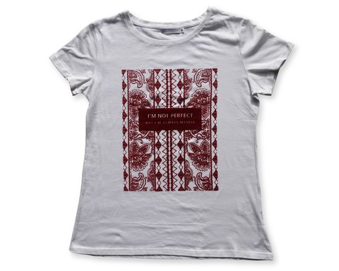 Remera en algodon estampada en relieve.