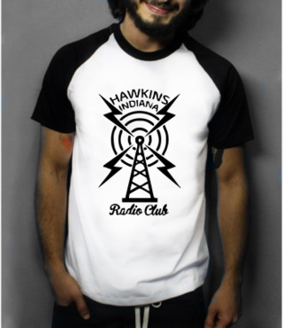 Camiseta Raglan - Stranger Things: The Radio Club