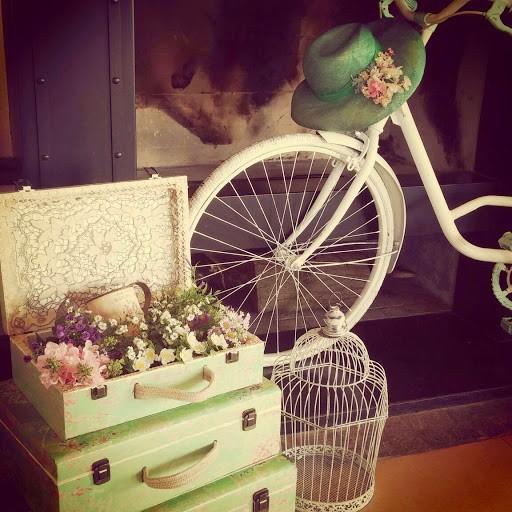 Alquiler Muebles Eventos : Valijas vintage cajones canastas flores carretilla mesa de