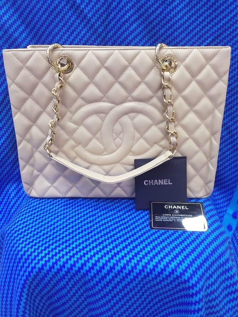 48498ae80 Réplica de Bolsa Chanel Shopper em Couro Caviar Bege - Linha Premium