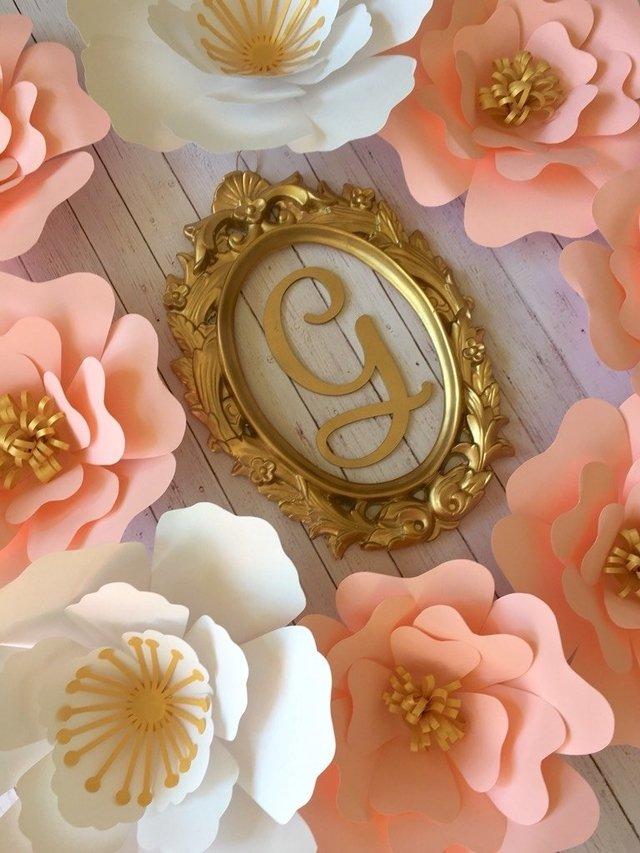 Marco oval con inicial dorada - Guinda Decoración