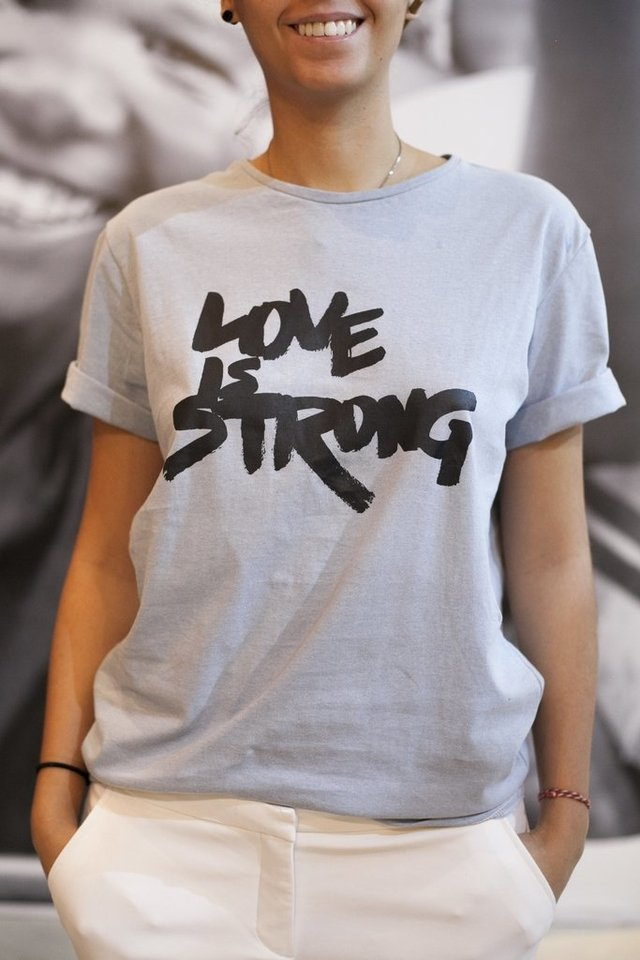Camiseta Love is Stong
