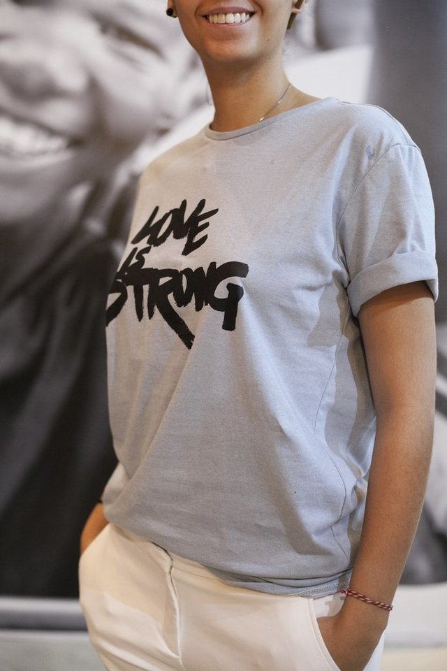 Camiseta Love is Stong - comprar online