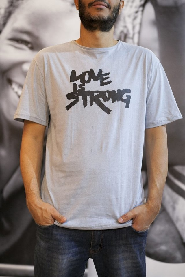 Camiseta Love is Strong