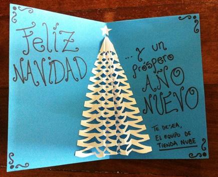 Tarjeta navideña con árbol blanco en relieve