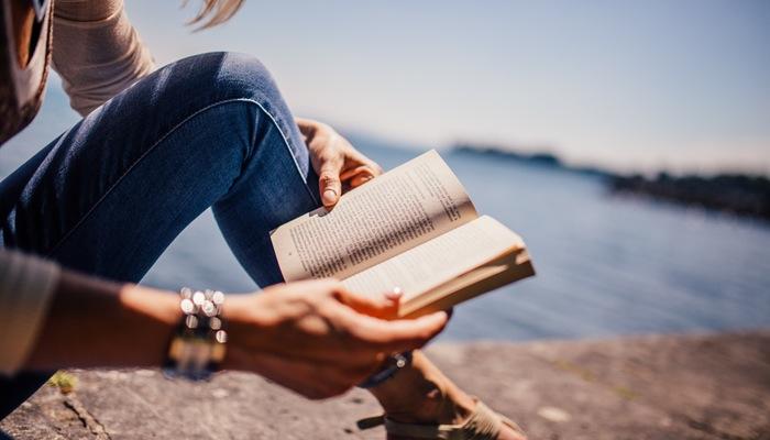 Chica leyendo un libro