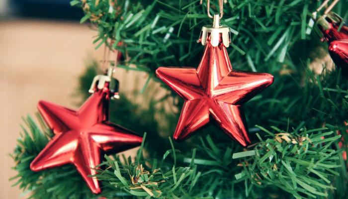 Detalhe de árvore de Natal com enfeite de estrela