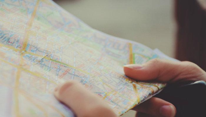 Pessoa segurando um mapa.