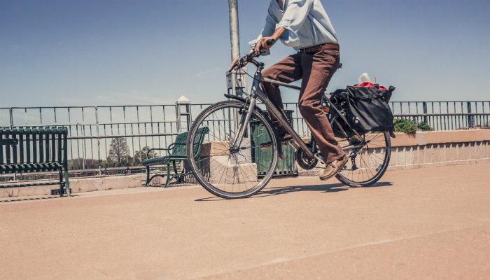 Pessoa andando de bicicleta por um caminho.