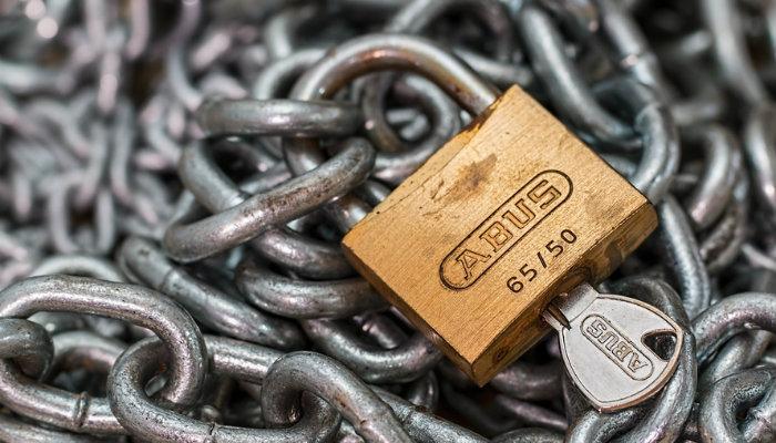 Cadeado com chave e correntes