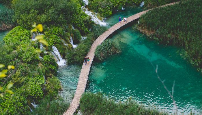 Caminho em meio a rio e natureza