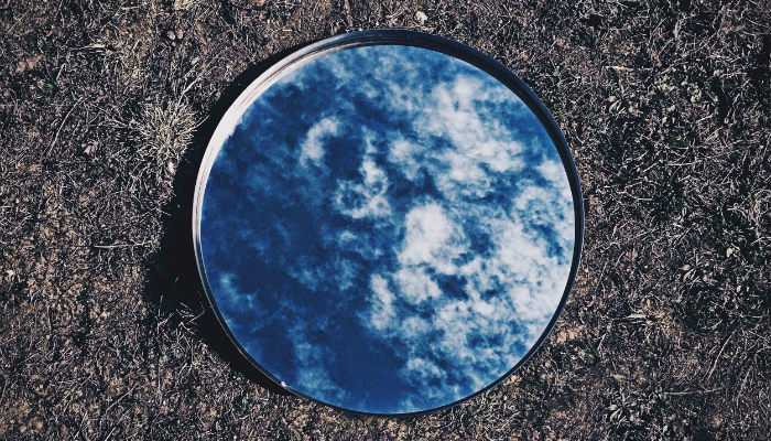 espelho refletindo o ceu conheca a si mesmo