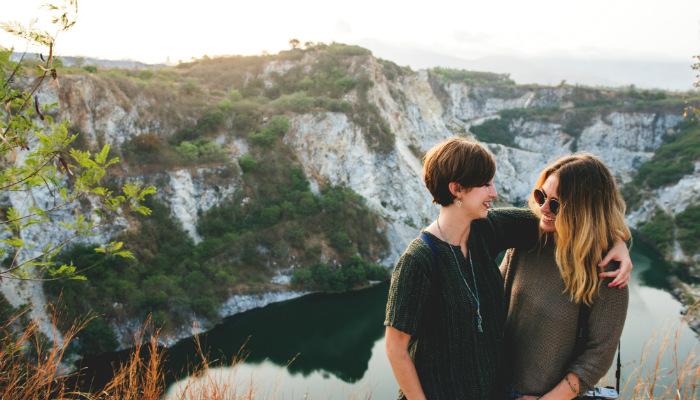 Mãe e filha em paisagem conselhos de mae para empreendedores