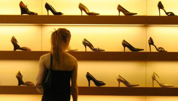 Mulher escolhendo o que comprar