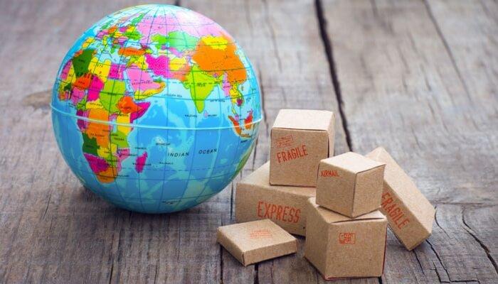 Miniaturas de globo terrestre e caixas.