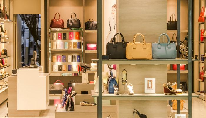 Vitrine de uma loja com vários produtos à venda