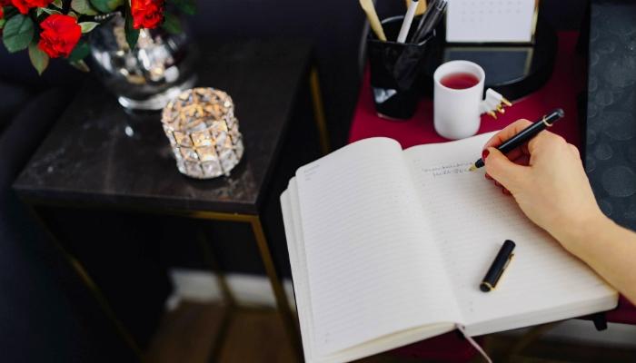 icones femininos para se inspirar mulher escrevendo em caderno