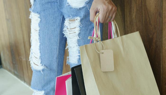 mulher com sacolas de compra importância do pós-venda