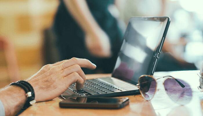 Homem usando o computador.