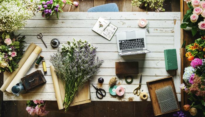 novidades mês de setembro de 2017 nuvem shop mesa com flores notebook e fitas coloridas