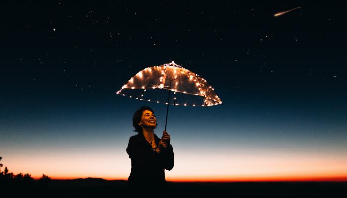 mulher de guarda chuva brilhante ceu de estrelas novidades outubro 2017