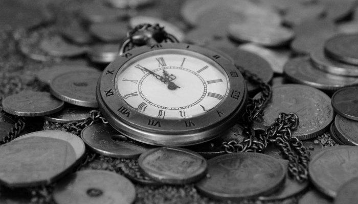 relogio antigo em cima de moedas otimizar a gestao e o tempo