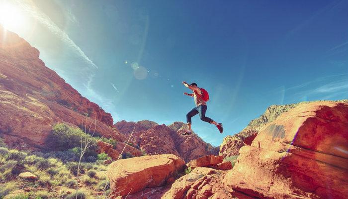 Pessoa experimentando a vida em montanha