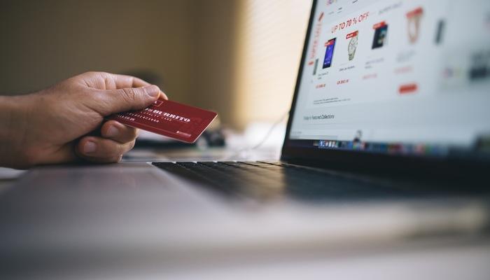Carteira com dinheiro e cartão de crédito