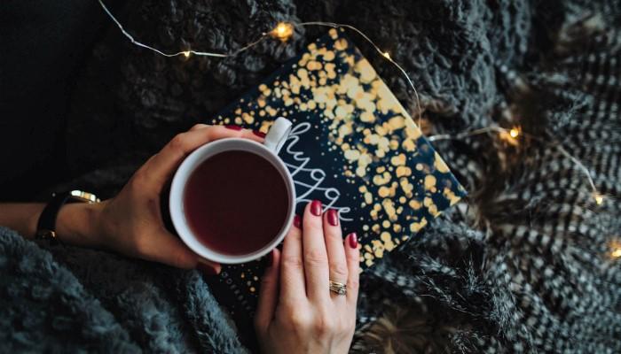 mulher tomando chá e lendo posts mais acessados em 2017 blog nuvem shop