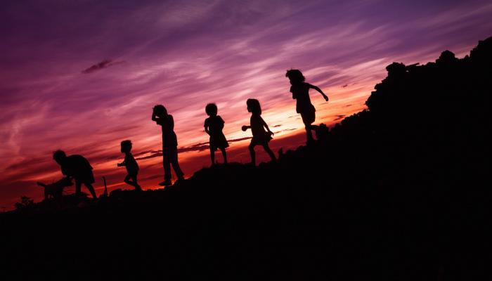 qual é sua criança interior? crianças brincando no horario do por do sol na praia