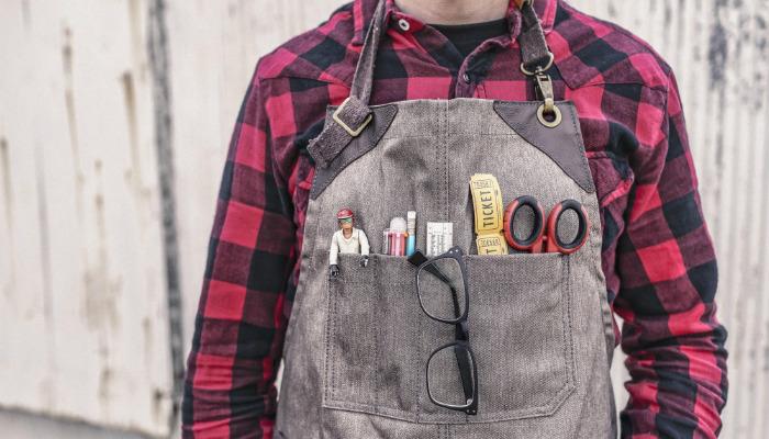 solucoes inovadoras para e-commerce homem com oculos, tesoura e regua