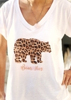 Remera escote V Bear Hug Oso Leopardo (Outlet)