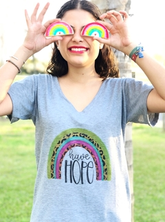 Remera escote V Have Hope Gris