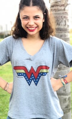 Remera escote V Wonder Woman Gris