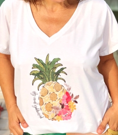 Remera escote V Pineapple you life