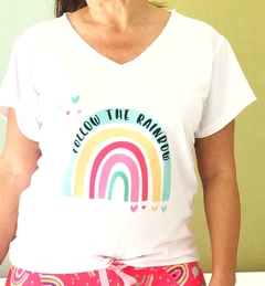 Remera escote V Follow the rainbow (Outlet)