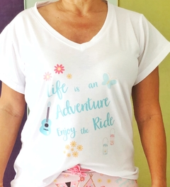 Remera escote V Life is an adventure