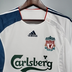 Camisa retrô Liverpool 2006 na internet