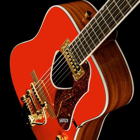 Violão Gretsch, marca norte-americana, de modelo Folk Dreadnought. O violão possui tampo na cor vermelha e detalhes na pontee alavanca de tremolo em dourado.