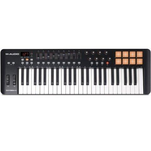 Controlador MIDI com duas oitavas de teclas, oito knobs e 8 pads. Possui botões de play, pause, Rec, ajuste de oitava, fader de volume e controles de pitch e modulação.