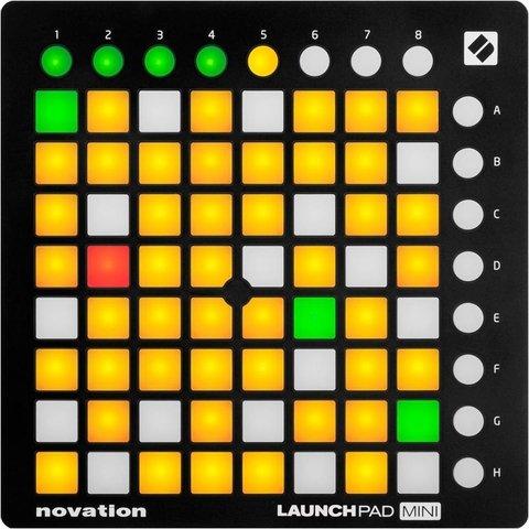 Controlador MIDI com 64 pads multicoloridos.