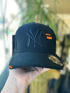 Boné Strapback New Era NY Destroyed Preto C/Laranja